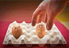 oeufs de Pâques décorés de dessins de visages bizzarres