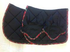 Tapis noir uni, bord à carreaux tons rouge - 55 € Bonnets assortis - 25 €