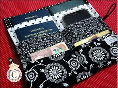 C de Cici: 1 Projeto por Mês #11: porta passaportes (família)... Sewing Hacks, Sewing Crafts, Sewing Projects, Projects To Try, Fabric Wallet, Wallet Tutorial, Patch Quilt, Quilted Bag, Cloth Bags