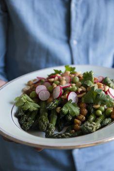 Simple comme une salade de légumes de printemps, pois chiches au miso et cacahuètes Sprouts, Vegetables, Comme, Simple, Food, Peanut Butter, Chickpeas, Kitchens, Salads