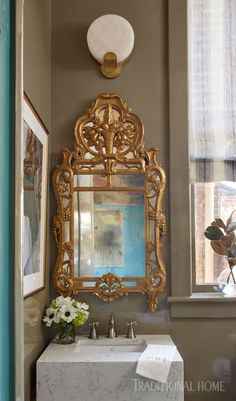 The brass sconce, antique Regency-style giltwood mirror, and high-gloss lacquer walls add sparkle to the powder room. European Home Decor, Vintage Home Decor, Traditional Interior, Traditional House, Traditional Design, Southern Homes, Southern Style, Decor Interior Design, Interior Decorating