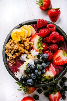 How to Make Acai Bowls Amazing - Acai Bowls are all the rage. They can be expensive to buy so you want be able to make acai bowls at home. We show the best way to make acai bowls and give your some great acai bowl recipes to try. Healthy Breakfast Recipes, Healthy Snacks, Healthy Recipes, Healthy Smoothies, Smoothie Recipes, Clean Eating Snacks, Healthy Eating, Clean Foods, Açai Bowl