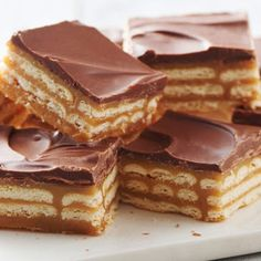 Triple-Layer Cracker Toffee Bars @keyingredient #caramel #chocolate