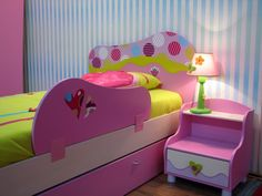 Barevná postel pro malou vílu (Foto: Shutterstock) Pink Bedside Tables, Lampe Tactile, Diy Lampe, Pink Bedding, Room Interior, Baby Room, Toy Chest, Storage Chest, Lockers