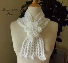 Echarpe blanche coulissante , ornée d'une fleur broche ! : Echarpe, foulard, cravate par le-crochet-de-anne