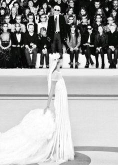 Schon wieder eine Braut. Das war im Jahre 2010 und die Braut war diesesmal Freja Beha.  KL schaut seiner Braut von weitem zu und wir müssen jetzt aber mal klar festhalten, die wievielte Hochzeit das nun eigentlich war. Sind nicht nur DREI Hochzeiten pro einzelnem  Mann erlaubt ?!? *Bidde*? DAS war eine Show bei Chanel? Das macht GAR nichts, WO Karl Lagerfeld nun geheiratet hat, im Hause Chanel ober im Rathaus - die Örtlichkeit macht gewiss KEINEN Unterschied ...