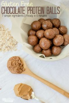 With no refined sugar, this simple chocolate protein balls recipe is a great way to enjoy a guilt-free chocolate fix. Plus it's so tasty, even the kids will love it as a healthy snack (paleo protein bars almond flour) Healthy Protein Snacks, Protein Bites, Healthy Treats, Gluten Protein, High Protein, Paleo Protein Balls, Protein Mix, Protein Energy, Protein Recipes