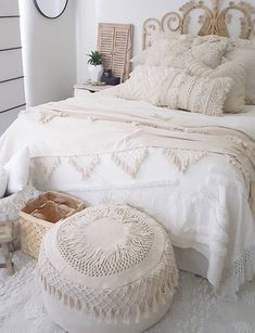 How To Decorate Your Room According To Your Neo-Bohemian Personality. With a gypsy and hippie vibe, the bohemian style will turn your room into a colorful fantasy. Cute Shabby chic and boho chic decor ideas to decorate your room if you like the bohemian Boho Bedroom Decor, Boho Room, Shabby Chic Bedrooms, Shabby Chic Homes, Shabby Chic Decor, Hippy Room, Bedroom Ideas, Bohemian Chic Decor, Small Bedrooms