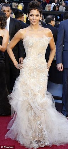 Red carpet glamour, and Halle Berry never disappoints . I can see this as a wedding gown. Estilo Halle Berry, Halle Berry Style, Celebrity Red Carpet, Celebrity Style, Best Oscar Dresses, Oscar Gowns, Iconic Dresses, Beautiful Gowns, Beautiful People