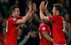 Van Persie comemora gol do United com Carrick: herói da classificação do United  United x Olympiakos (Foto: Reuters)