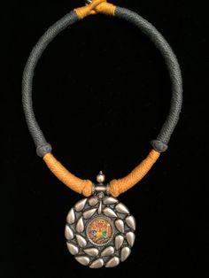 Collar con medallón de plata labrada en el centro una pintura en miniatura de Ganesha protegida por un cristal, con cordon de algodón en gris y amarillo. www.litticomplementos.com