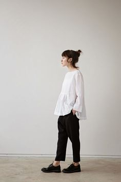 loose untucked top + relaxed tapered trousers + oxfords Source by estherclarkco Minimal Chic, Minimal Fashion, Minimal Outfit, Feminine Fashion, Black And White Outfit, White Casual, Black White, Look Street Style, Tapered Trousers