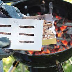 Nutze deinen Kugelgrill als Smoker: in unserer Schritt für Schritt Anleitung für rauchiges Fleisch vom Holzkohle oder Gasgrill zeigen wir wie's geht. Grill N Chill, Diy Grill, Weber Grill, Spare Ribs, Barbecue, Grilling, Food And Drink, Rauch, Steaks