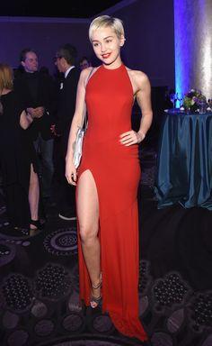 Miley Cyrus impressiona em música natalina