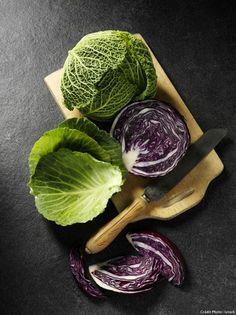 Comment cuisiner les choux ? - Le chou est un légume-feuille qui appartient aux familles des brassicacées et des crucifères. Il est disponible toute l'année sur les étals car il en existe près de 400 variétés : pommé vert, blanc ou rouge, de Milan, cavalier, frisé et tous les choux chinois. On mange le chou cru, fermenté ou cuit. Découvrez nos conseils d'achat et nos recettes gourmandes pour cuisiner les choux !