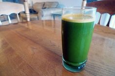 Green smoothies provide many health benefits for people, regardless of their age, gender, or fitness levels. Green smoothies combine various ingredients that provide an array of nutrients for the b… Best Juicing Recipes, Diet Recipes, Juice Recipes, Vitamix Recipes, Delicious Recipes, Easy Recipes, Healthy Recipes, Sumo Detox, Fibromyalgia Diet
