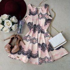 Vestido C/ BOJO Cacau No Neoprene D/ em Zíper ( Estampa  Arabescos /Fundo Rosa) - Melrose Brasil