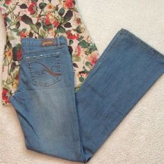 """Light Wash Flare Wide Leg Jeans A fun fitting pair of Grane light wash denim jeans! Mid rise with a bit of natural distressing at hems and pockets. Inseam 32"""" Rise 8"""" cotton 97% spandex 3% The waist laying flat measures 14"""" Grane Jeans Flare & Wide Leg"""