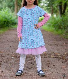 """Jersey """"Liebe Libelle"""" - Blaubeerstern kombiniert mit Jersey """"Gitta"""" und Softtüll """"Ballerina"""", sowie Netzgummi """"Lilly"""" genäht wurde Shirt/Top/Kleid """"Yelva"""" von meine Herzenswelt - Nähen für den Herbst/Winter - Mädchen - eBook & Stoff - Glückpunkt."""