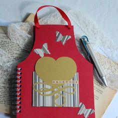 Carnet de recette de cuisine et stylo, tablier, rouge, marron et or, cœur et papillon