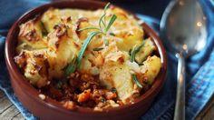Krydret kjøttdeig dekket av digg potetmos er enkel og perfekt kosemiddag. Godt, mettende og veldig lett å lage.    Du trenger omtrent en halvtime på å lage dette, pluss en knapp halvtime steking i ovnen.    Tips:  Lag kjøttfyllet mens potetene koker. Legg det i en ildfast form og stek i ovnen for å få en fin gyllen skorpe på potetmosen.    Oppskrift og foto av matblogger Ingrid Victoria Huseby.