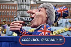 """Una escultura representa a la primera ministra británica Theresa May con un arma de fuego y la escritura """"Brexit"""". (AP)."""