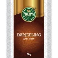 """Darjeeling 50 g Darjeeling má spôsobom spracovania najbližšie k čiernym čajom. Jeho vzhľad a chuť sú však od typických čiernych čajov natoľko odlišné, že sa preň (spolu s čajmi zo Sikkimu a Nepálu) viac zaužívalo označenie """"vysokohorský čaj"""". Záhrady v ktorých sa pestuje ležia vo výške od 500 m n. m. (Rohini) až viac ako 2500 m n. m. (Gopaldhara, Pussimbing) na svahoch a v údoliach ako Kurseong, Mirik, Rung Bong, Mahandi.."""