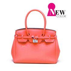 Color: SAVE MY BAG Icon Lycra Granadina Flúor Rosa Naranja -Tamaño: 43x36x18 cm SAVE MY BAG es el It Bag que crea furor en Italia. Un icono de la moda Italiana dedicado a las mujeres dinámicas que buscan un bolso cómodo y un look actual, elegante y dinámico. Fabricado en más de 30 colores, práctico,…