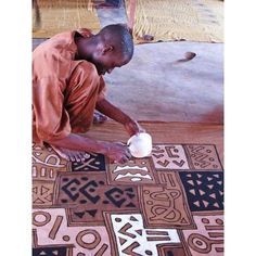 Hand-painting mudcloth in Mali. Hand-painting mudcloth in Mali. African Textiles, African Fabric, Afrique Art, Art Tribal, Tech Art, African Home Decor, Thinking Day, African Culture, African Design