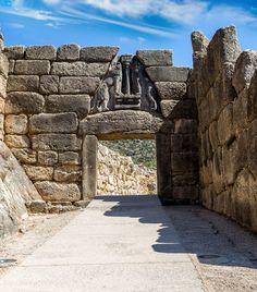 Tra le tante città-stato della Grecia antica, Micene è una delle meglio conservate. Una visita alla sua acropoli e alle sue mura ciclopiche è un vero e proprio viaggio nel tempo e nell'arte. Di grande pregio artistico le porte di accesso alla città: la principale e monumentale Porta dei Leoni e la postierla.