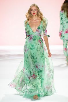 Badgley Mischka Spring 2020 Ready-to-Wear Fashion Show Collection: See the complete Badgley Mischka Spring 2020 Ready-to-Wear collection. Look 17 Couture Mode, Couture Fashion, Summer Fashion Outfits, Spring Fashion, Stylish Outfits, Moda Floral, Floral Gown, Floral Maxi, Organza Dress