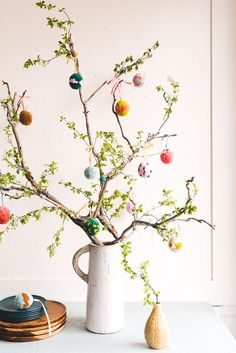 Easter Decorations 381046818471689114 - DIY Pom Pom Easter Egg Tree – The House That Lars Built Source by hiister Diy Osterschmuck, Easter Tree Decorations, Easter Wreaths, Decoration Crafts, Spring Wreaths, Table Decorations, Deco Originale, Diy Ostern, Deco Floral
