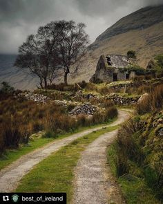Irish Cottage, Best Of Ireland, Beau Site, Beaux Villages, Ireland Travel, Abandoned Places, Beautiful Landscapes, The Great Outdoors, Countryside