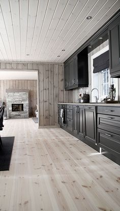 Decorating Ideas For The Kitchen Walls is certainly important for your home. Whether you choose the Painting Ideas For Walls Kitchen or Paint Ideas For Kitchen Walls, you will create the best Rever Pewter Benjamin Moore for your own life. Kitchen Soffit, Kitchen Cabinet Styles, Kitchen Walls, Cabin Homes, Log Homes, Cottage Shabby Chic, Log Home Interiors, Modern Lodge, Kitchen Floor Plans