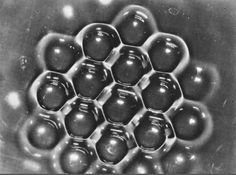 Las estructuras hexagonales de un líquido puesto a vibrar por ondas sonoras de alta frecuencia son iguales a un nido de abejas.
