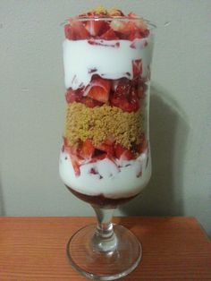 Parfait de iogurt i maduixes / Parfait de yogurt y fresas / Yoghourt and strawberries parfait / Parfait de iogurte e morango