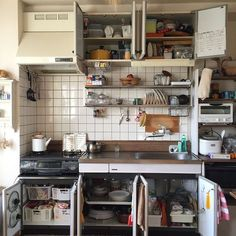 23 Clever DIY Christmas Decoration Ideas By Crafty Panda Diy Kitchen Decor, Kitchen Interior, Kitchen Design, Home Decor, Japan Apartment, Apartment Kitchen, Japanese Style House, Small Cottage Homes, Kitchen Organisation