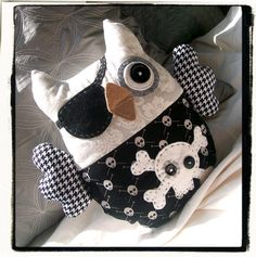 It's a Pirate Owl - I want to make! Owl Purse, Owl Pillow, Owl Crafts, Owl Patterns, Owl Art, Cute Owl, How To Make Pillows, Sewing Basics, Couture