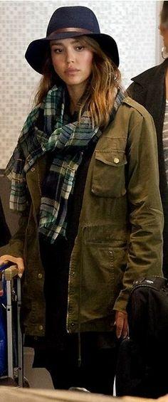 Who made  Jessica Alba's blue tote handbag and green jacket?