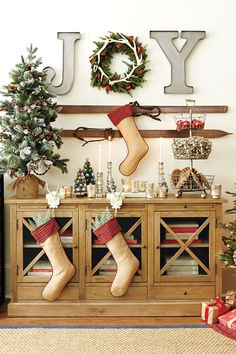 https://i.pinimg.com/236x/18/f6/51/18f65185db09d8fe62d5f63b4791435b--decorating-for-christmas-christmas-vignette.jpg