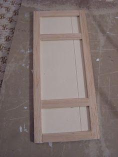 Tässä kuvia peilioven valmistuksesta:  Pics about making a panel door:   Leikkasin paspispahvista ovilevyn ja siihen päälle balsasta peiliov...