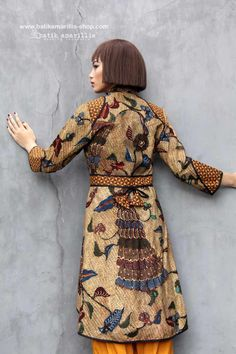Batik Amarillis made in Indonesia www.batikamarillis-shop.com          we proudly present Batik Amarillis's Ildiko 3 an outfit which fit to the Queen 🤴such a beautiful, elegant & unique long tailed outer which features rare & beautiful hand drawn 'beras tumpah'  From Tegal