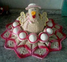 Ponchita a galinha porta ovos Crochet Quilt Pattern, Crochet Applique Patterns Free, Holiday Crochet Patterns, Quilt Patterns, Crochet Home, Irish Crochet, Crochet Chicken, Art Yarn, Macrame Art
