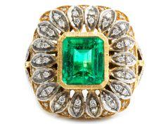 Ringweite: 52. Ringkopfgröße: ca. 2,5 x 2,3 cm. Gewicht: ca. 18,1 g. GG und WG 750. Prächtiger, ziselierter Ring mit sehr klarem, feinem Smaragd im...