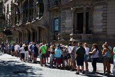 Afbeeldingsresultaat voor tourists standing in queue Photo Essay, Tourism, Barcelona, Street View, Europe, Park, Amsterdam, Travel, Turismo