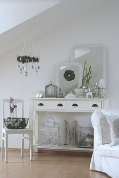 LIVING ROOM & TABLES :: Love the staging here