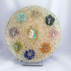 Orgonit disc terapeutic cu 8 arhangheli, Maica si Pruncul Orgonitul sub forma de disc terapeutic este realizat din cuarț alb, ametist; cuarț roz, turmalină neagră, lapis lazuli, peridot, ametist, magnezit, cuarț rutilat si hematit, malahit, turmalină roz, carneol, lepidolit, alamă, cupru și rășină.