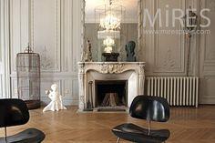 Grand salon haussmanien : Un sublime volume, le travail des boiseries est remarquable..La pièce maîtresse, la cheminée..Un mobilier épuré et tout en finesse trouve sa place élégamment.. #salon #interieur #cheminee #fireplace