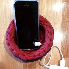 A cestinha de crochê pode ser usada como suporte para celular até enquanto ele está carregando!