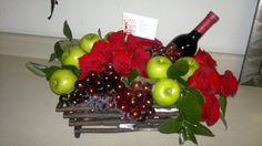 Arreglo Florale Rosas Rojas   Rosas Rojas con Vino y Fruta - Tehuacán, Puebla, Floreria, Florerias ... Holiday Gift Baskets, Holiday Gifts, La Trattoria, Edible Arrangements, Candy Bouquet, Centre Pieces, Flower Boxes, Holidays And Events, Fresh Flowers